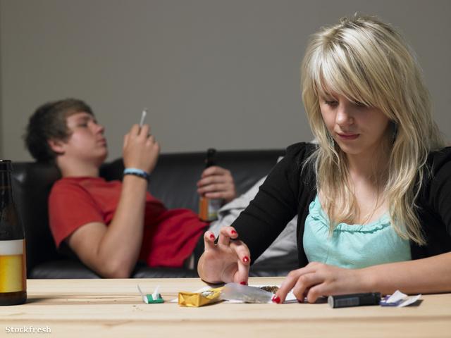 stockfresh 97203 teenage-couple-taking-drugs-at-home sizeM