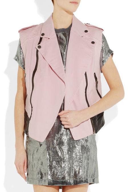 Ennél a képnél hasított belénk sokadszor, hogy baj lehet Lagerfelddel... rózsaszín bőrmellény 400 euro, azaz 117 ezer forint. (a mellény alatti ruha 180 euro, 52 ezer forint)