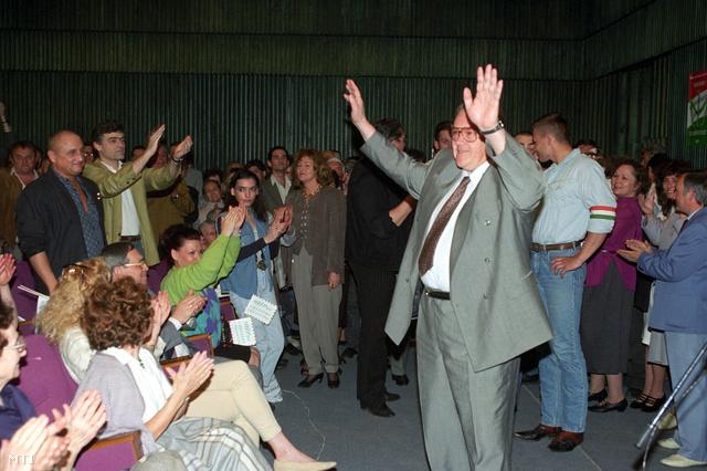 Budapest, 1994. április 23. Csurka István, a MIÉP társelnöke köszönti a résztvevőket a Magyar Igazság és Élet Pártja választási nagygyűlésén Budapesten a Testnevelési Főiskolán, ahol bemutatták a párt képviselőjelöltjeit.