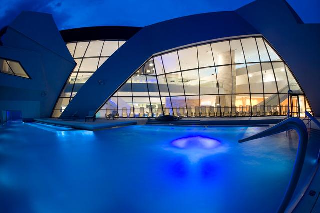 A Warmbadi gyógyfürdő Villach-tól 6 km-re délre, az olasz határ közelében található, és igen, van kültéri medence is. Ami ilyen hangulatos este.