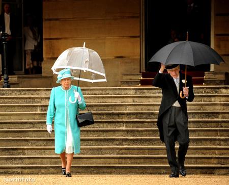 Tipikus angol idő: 2009-ben az első királyi nyári partira mentek, amikor eleredt az eső. A királynő megint átlátszó esernyőt választott.