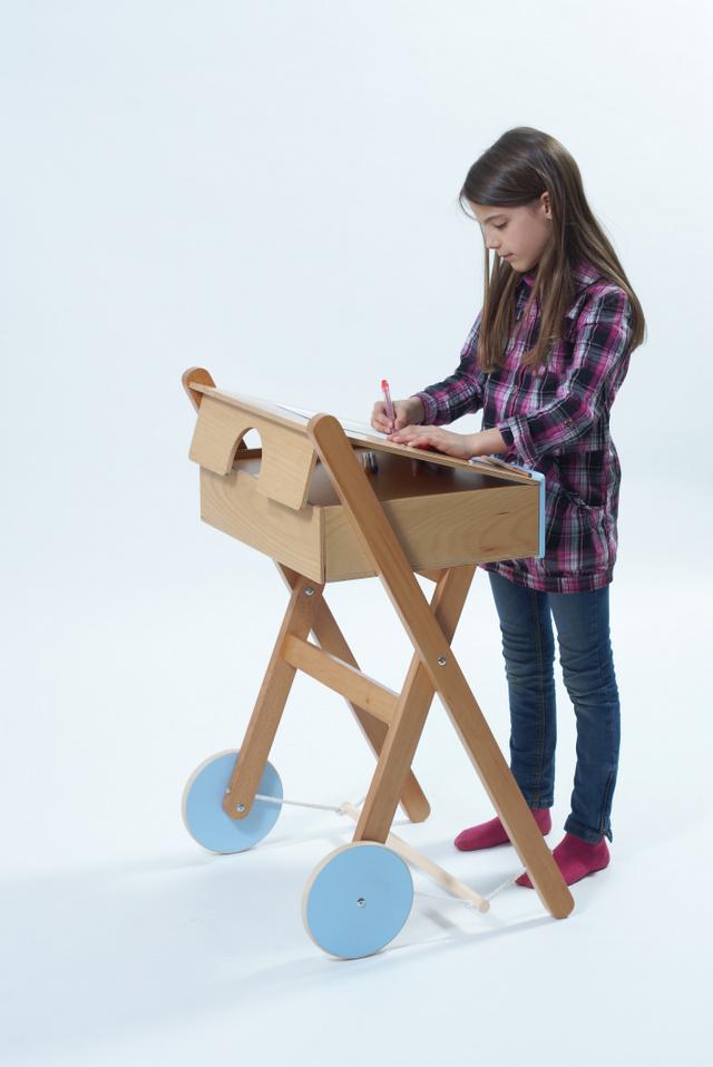 A Taligáló nem csupán egy álló íróasztal: a tervező a gyerekek mozgás- és kapcsolódási igényét, az írószerek tárolását, de még a gyors növekedést is figyelembe vette.