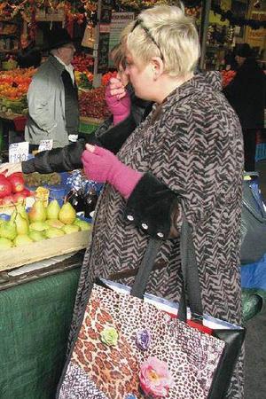 Az első lesifotó a táskáról: Makány Márta, Fény utcai piac.