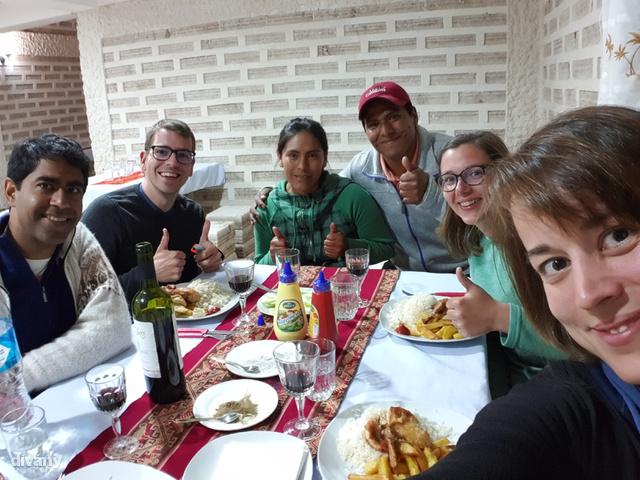 A második éjszakát már a híres Salar de Uyuni sósivatagban, egy nagyrészt sóból épült szálláson töltöttük. Sópadló, sófalak, sótömbökből összerakott asztalok, székek és ágyak: vendéglátóink, Frank és Karen kitartó munkájának eredménye a különleges épület.