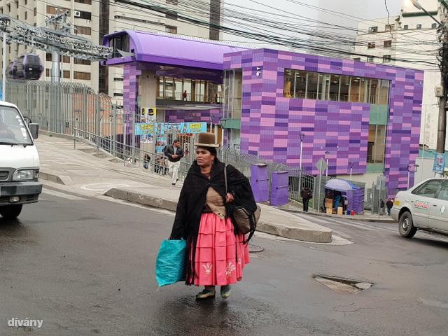 A viszonylag fiatal lakosság (a társadalom mintegy 60 százaléka 25 év alatti) és az egyre intenzívebb urbanizáció ellenére a hagyományos népviseletbe öltözött asszonyok látványa ma már a nagyvárosokban, így La Pazban – Bolívia adminisztratív fővárosában – sem ritka.