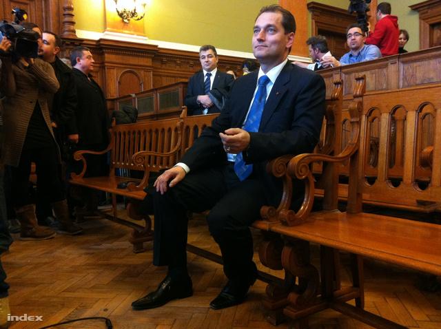 Hunvald György a vádlottak padján várja az elsőfokú ítélet kihirdetését