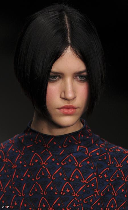 Rövid hajjal az Issa London 2012 őszi, téli kollekciójának bemutatóján.