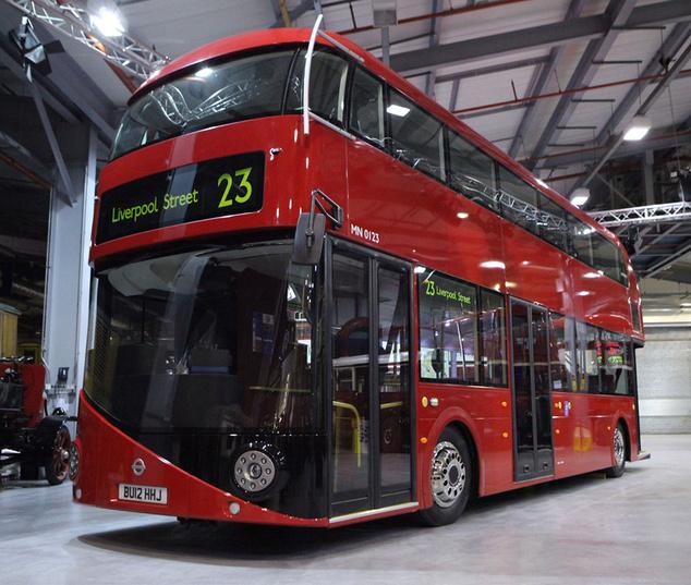 Az új busz a gyárban