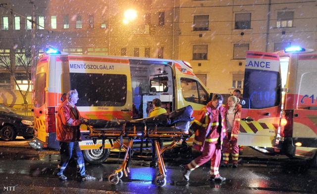 Két felnőtt nőt az Árpád-kórházba, két lánygyermeket pedig a Madarász utcai gyermekkórházba vittek – mondta a mentőszolgálat sajtóügyeletese.