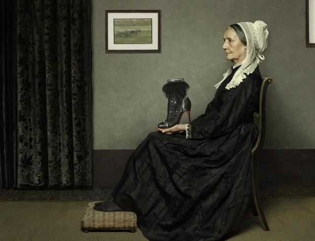 James McBeill Whistler édesanyja egy 'Tootsie' nevű bokacsizmát egyensúlyoz tenyerén.