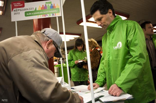 Schiffer András parlamenti képviselő aláírásokat gyűjt