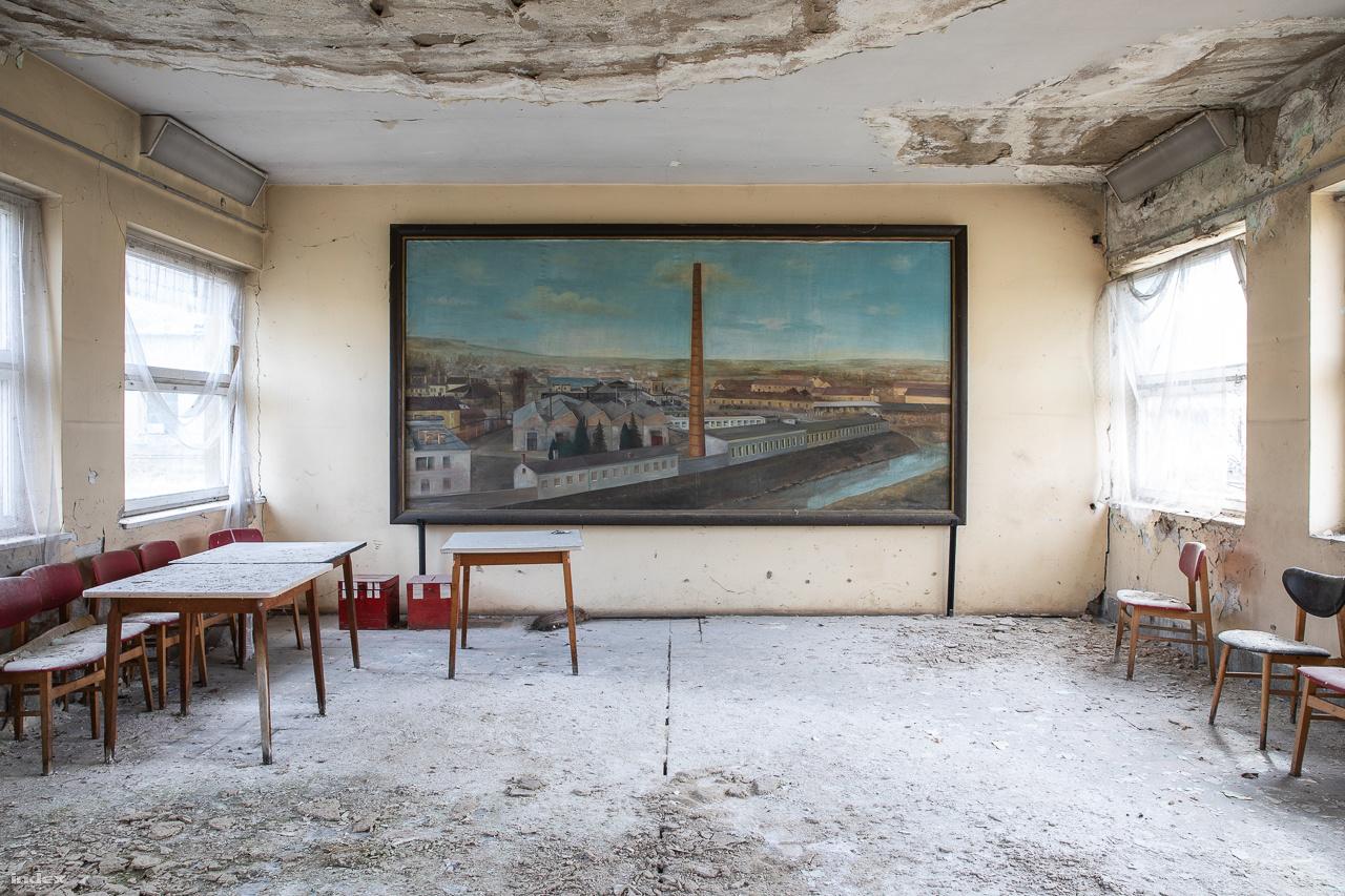 A gyárat ábrázoló festmény az egyik iroda falán