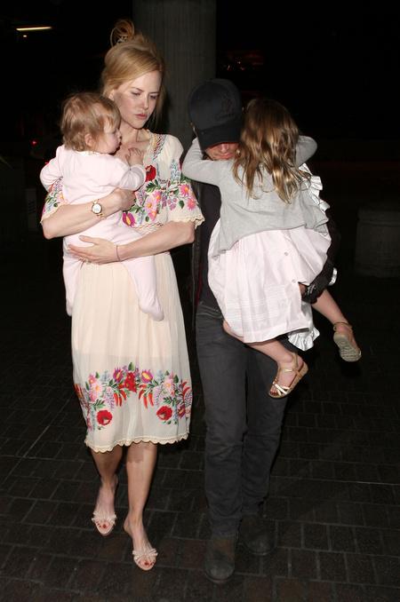 Nicole Kidman matyó mintás ruhában indul el Los Angelesből családjával