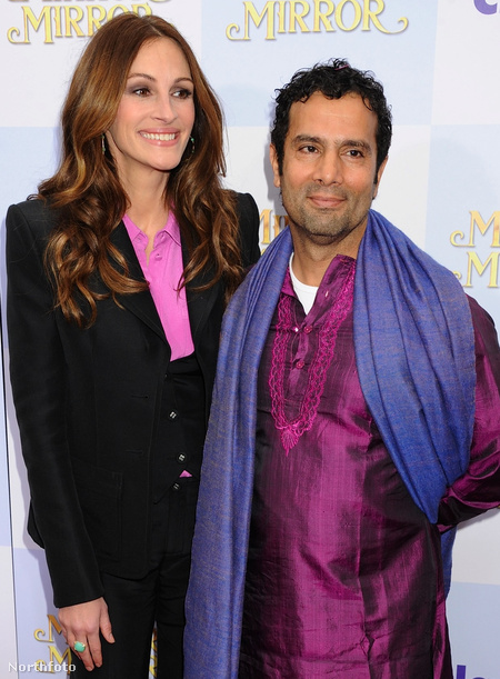 Julia Robert és Tarsem Singh, a Tükröm, tükröm főszereplője és rendezője a film premierjén Hollywoodban