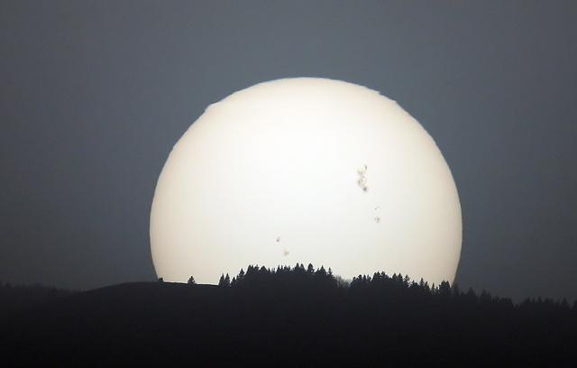 Jól látszik a több földnyi méretű napfolt ezen az Új-Mexikó államban készült infrafelvételen
