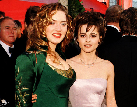 1997. március 23. - Kate Winslet az Oscar-gálán, mellette Helena Bonham Carter, aki akkor a kosztümös filmek királykisasszonyának számított, akkor éppen a Galamb szárnyaiban szerepelt legutóbb
