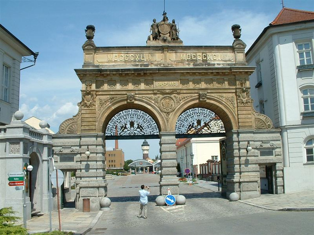 A PilsnerUrquell gyár díszkapuja - igaz, ez a gyár nem Prágában van