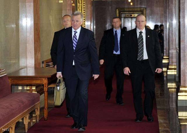 Budapest, 2012. március 30. Schmitt Pál köztársasági elnök a Parlament folyosóján.