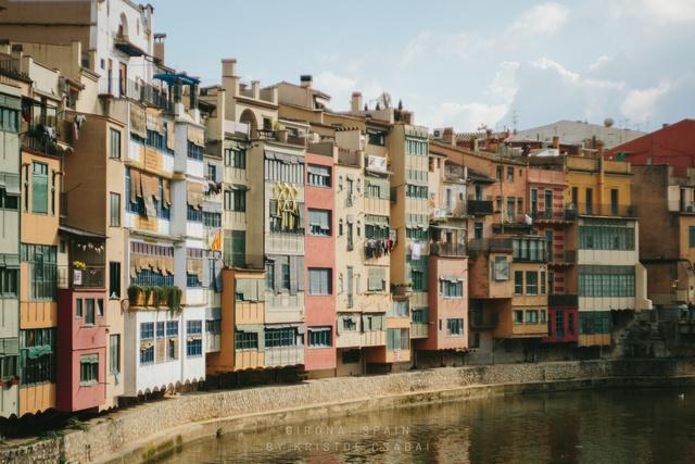 """Girona belvárosának látképe, kissé """"firenzés"""" beütéssel."""
