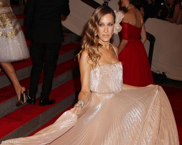 2010-ben pliszírozott ruhában pózol a MoMában