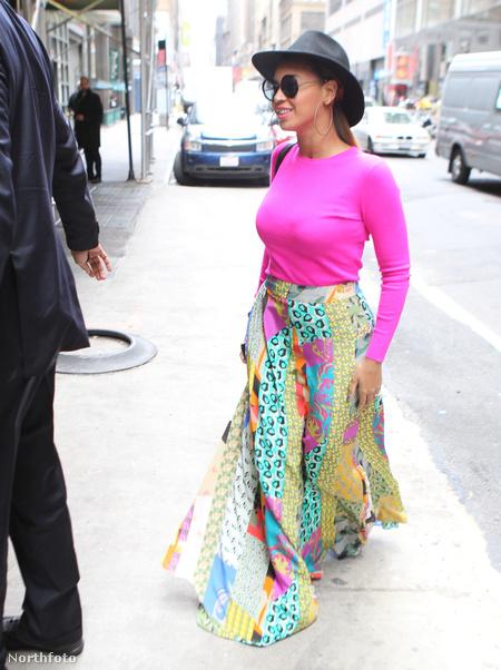 Beyoncé nagyon színes ruhában New Yorkban