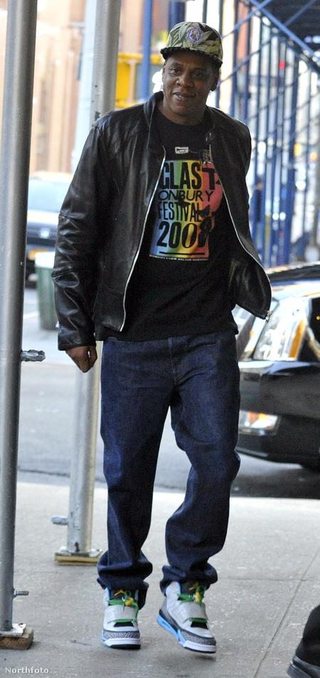 Íme Jay-Z: a nadrág félig stimmel, csillogás és fukszok sehol, de a cipő buflák