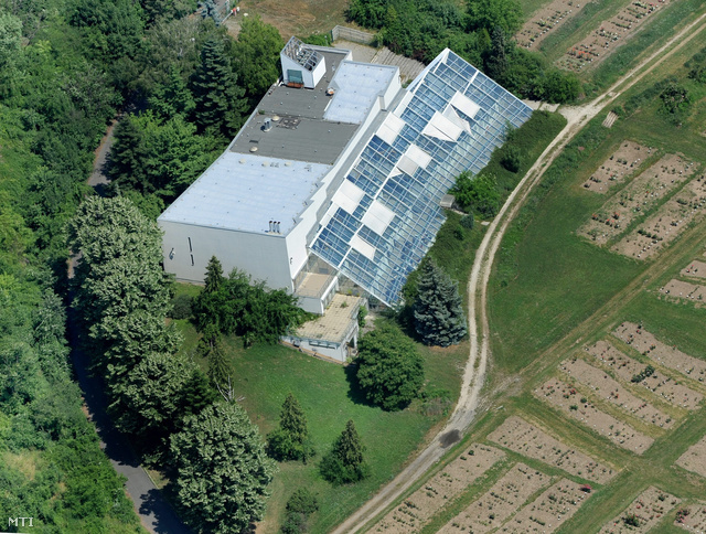 A Nemzeti Adó- és Vámhivatal (NAV) irodáinak helyet adó épület Budatétényben a volt Rózsakert mellett.