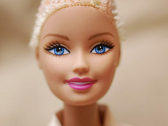 Kopasz Barbie a daganatos gyerekekért