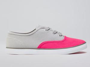Most jöjjenek a mindennapos rohangáláshoz való cipők! Jól látják, ennek is rózsaszín az orra. (Bershka - 6995 Ft)