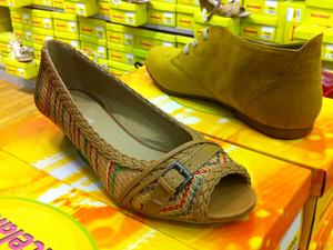A fonott, természetes anyagból készült cipőknek is itt a szezonja (Deichmann)