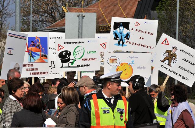 szocialis-dolgozok-beremelese-2013-2014-tiltakoznak-helyzetuk-tarthatatlansaga-ellen