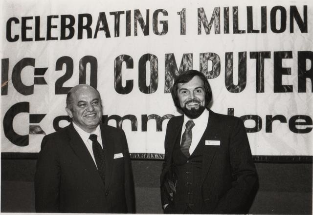 Jack Tramiel (balra) és Michael S. Tomczyk, a cég marketingese az egymilliomodik Commodore VIC-20-as mikrokompjúter eladásának ünnepén.