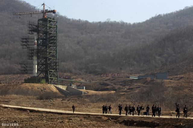 A Unha-3 (Tejút-3) hordozórakéta a kilővőálláson, Phenjantól északnyugatra. Az észak-koreai kormányzat kivételesen a nyugati sajtót is meghívta arra a bejárásra, mely a Kim Ir Szen 100. születésnapjára (április 15-re) időzített rakétaprojekt ártalmatlanságát hivatott bizonyítani. Ennek ellenére Dél-Korea és Japán is emelte készültségi szintjét, mivel amerikai elemzők aggodalmasnak tartják a kilövéssel járó katonai mozgósítás mértékét