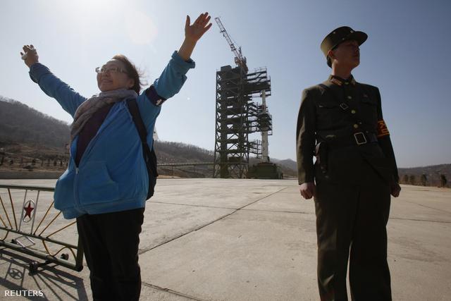 Látogató pózol az Unha-3 rakétával