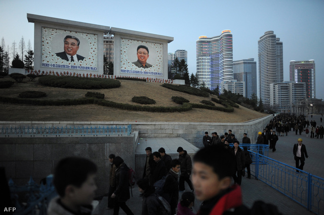 Óriás Kim Ir Szen és Kim Dzsongil portrék Phenjanban, melyek szintén a centenáriumra készültek el