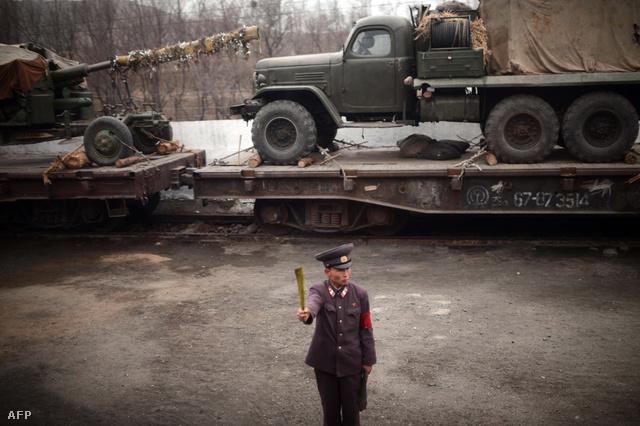 Csapatmozgósítás Phenjantól északra. Ezt a képet a vonatablakból készítette az AFP fotóriportere, hivatalosan semmilyen katonai célja nincs az ünnepi fellövésnek