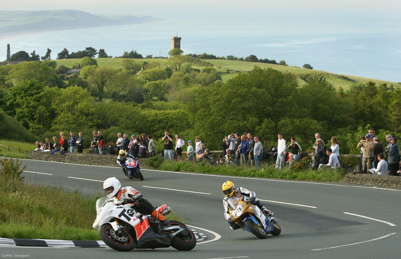 Az Isle of Man TT egyik edzése három motorossal 2007-ben