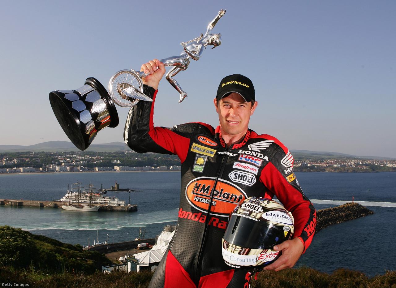 A 24-szeres győztes, az Isle of Man TT történetének második legeredményesebb versenyzője, John McGuinness pózol 2007-ben szerzett trófeájával