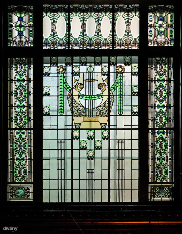 A Zeneakadámia Liszt Ferenc téri épülete 1904 és 1907 között épült fel  Korb Flóris és Giergl Kálmán tervei alapján, a kivitelezésen azonban építészek, képzőművészek és iparművészek együtt dolgoztak.  Az épület üvegablakai Róth Miksa munkái.