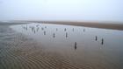 Nyomasztó cementfigurák lepték el a flamand tengerpartot