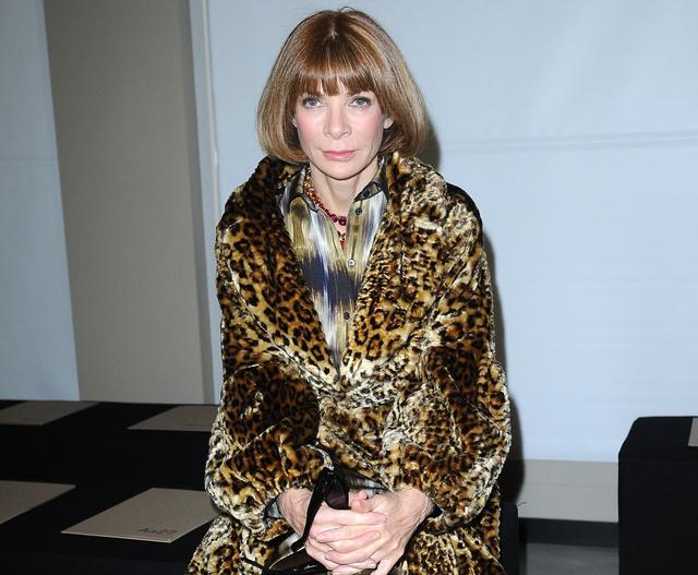 Anna Wintour, az amerikai Vogue főszerkesztője, a divat tévedhetetlen nagyasszonya: ettől a bundától minket mégis lever a víz.