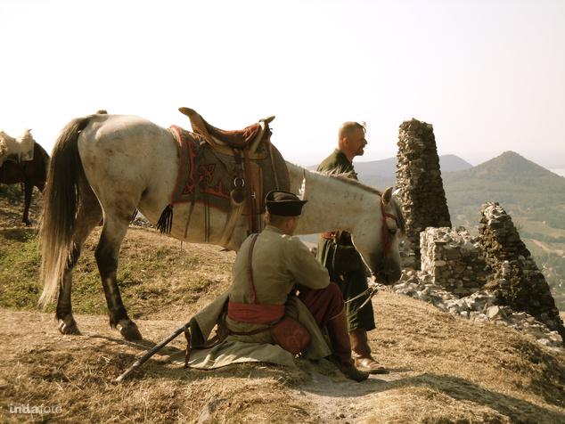 Végvári huszárok Csobánc romjainál emlékeznek a dicső katonai múltra.