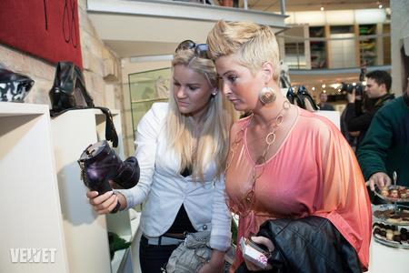 A Magma galériában celebekkel nyitották meg a kis cipőkiállítást: VV Kinga és VV Vera rácsodálkozik a gyűjteményre