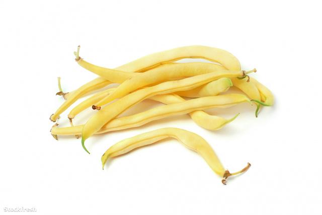 A szárat lecsípni, 3-4 centisre vágni. A friss zöldbab külseje nem száraz és kemény.
