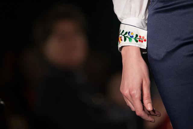 A tervező kollekcióját azoknak a nőknek ajánlja, akik a klasszikus színek és fazonok mellett a változás jegyében bátran választják a színes ruhadarabokat