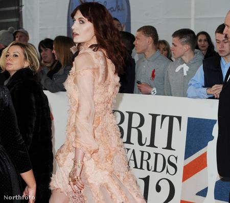 2012. február - Florence Welch Alexander McQueen ruhával és cipővel keltett feltűnést a Brit Awardson