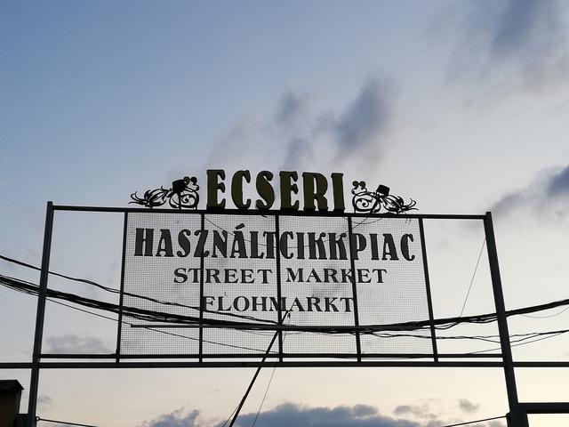 Hajnalodik a piac felett is. A piac a Nagykőrösi út 156. szám alatt található, Kőbányáról több busszal megközelíthető.