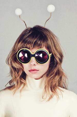 Karen Walker napszemüveg 280 dollárért (60 ezer forint)