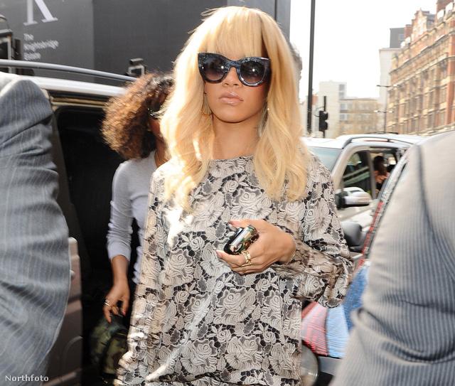 Rihanna konkrétan pizsamában ment utcára? Nem ez a divat!