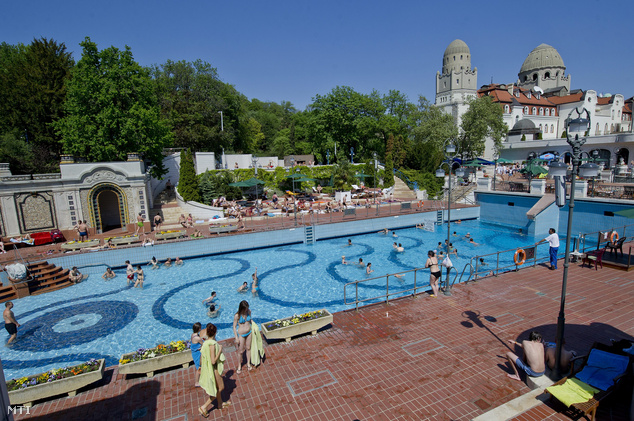 Strandolók fürdenek a Gellért Gyógyfürdő szabadtéri medencéjében.